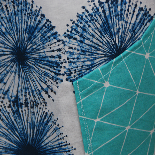 Tablier en tissu léger motifs bleus sur fond blanc